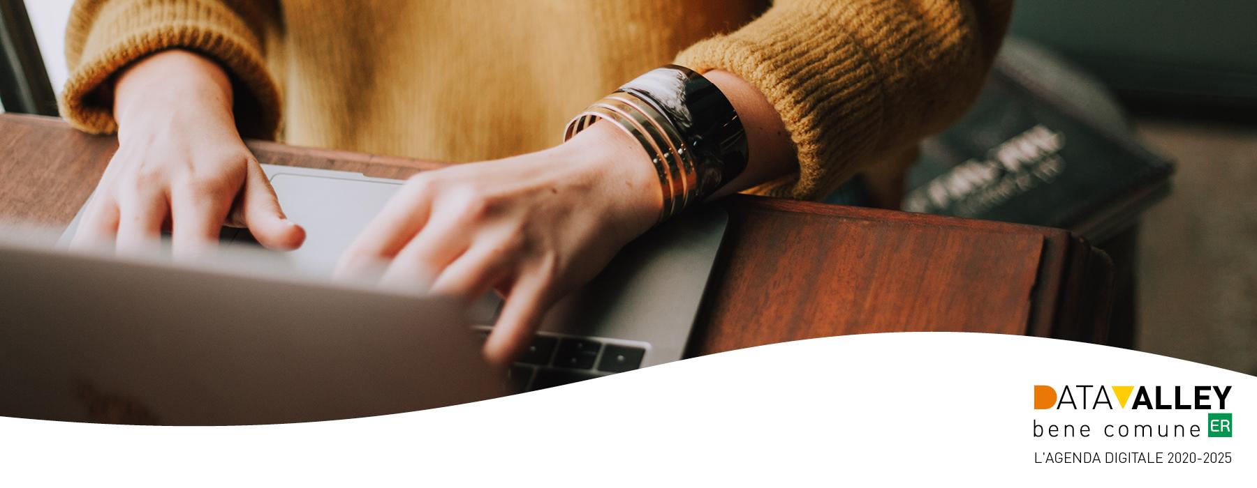 una ragazza usa un laptop